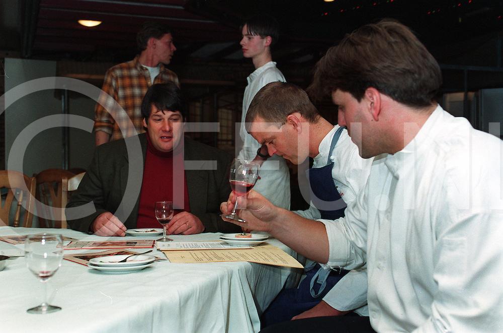 012297 slagharen ned.meesterkoks proeven gerechten met kalfsvlees als basis en een goed glas wijn.v.l.n.r. : jaap istha, martin kruithof en johnie boer aan tafel..foto frank uijlenbroek©1997