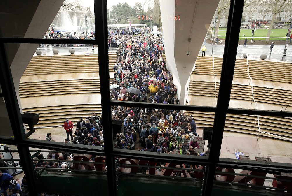 People wait in line to enter a rally for Democratic presidential candidate Bernie Sanders at Key Arena on March 20, 2016 in Seattle.  AFP PHOTO/JASON REDMOND