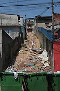 SAO PAULO - 03.10.2012. ANDREA MATARAZZO 45450. O candidato a vereador Andrea Matarazzo visita a comunidade do Jardim Peri Alto, Zona Norte. São Paulo, Brasil, outubro 03, 2012. DANIEL GUIMARÃES...