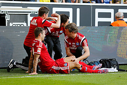 04.10.2014, Signal Iduna Park, Dortmund, GER, 1. FBL, Borussia Dortmund vs Hamburger SV, 7. Runde, im Bild Dennis Diekmeier (Hamburger SV #2) wird verletzt am linken Knie behandelt, Physio zeigt Auswechselung an // during the German Bundesliga 7th round match between Borussia Dortmund and Hamburger SV at the Signal Iduna Park in Dortmund, Germany on 2014/10/04. EXPA Pictures &copy; 2014, PhotoCredit: EXPA/ Eibner-Pressefoto/ Schueler<br /> <br /> *****ATTENTION - OUT of GER*****