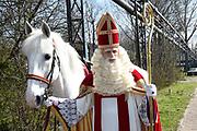 Op de set van DE CLUB VAN SINTERKLAAS &amp; GEBLAF OP DE PAKJESBOOT is de vijfde film waarin Sinterklaas en de bekendste Pieten van Nederland; Testpiet, Coole Piet, Muziekpiet, Profpiet, Hoge Hoogte Piet, Keukenpiet en Danspiet een spannend avontuur beleven. <br /> <br /> Op de foto:  Wilbert Gieske als Sinterklaas