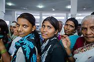 Pilgrimer inne i den buddistiska stupan Deekshabhoomi i Nagpur, Maharashtra, India