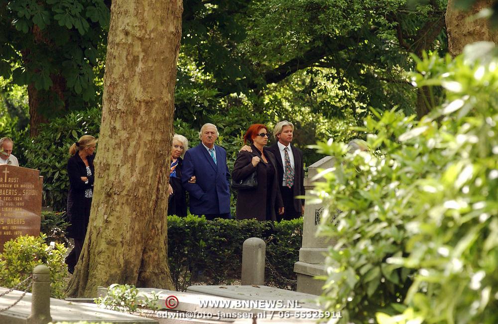 Begrafenis schoonvader Dries Roelvink, Joop Senker