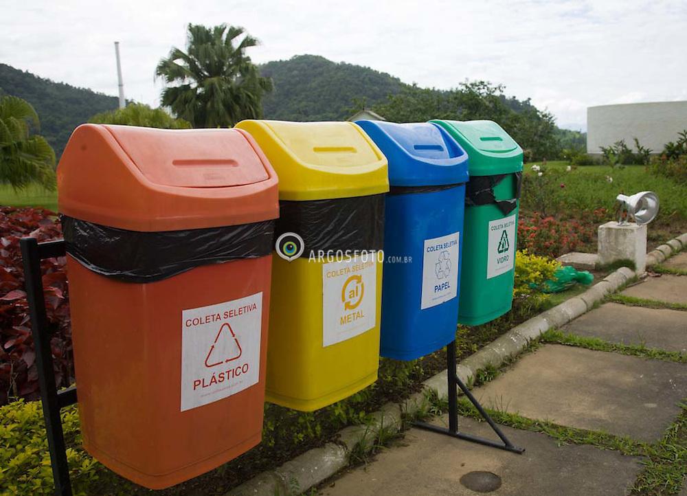 Recipiente para reciclagem de lixo, coleta seletiva./ Waste sorting, recycling bin.