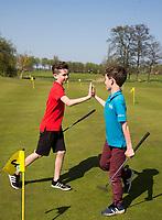 ZAANDAM - High Five.  Open Golfdagen Zaanse Golf Club.  jeugd van de Zaanse met kinderen die voor het eerst kennismaken met golf. COPYRIGHT KOEN SUYK