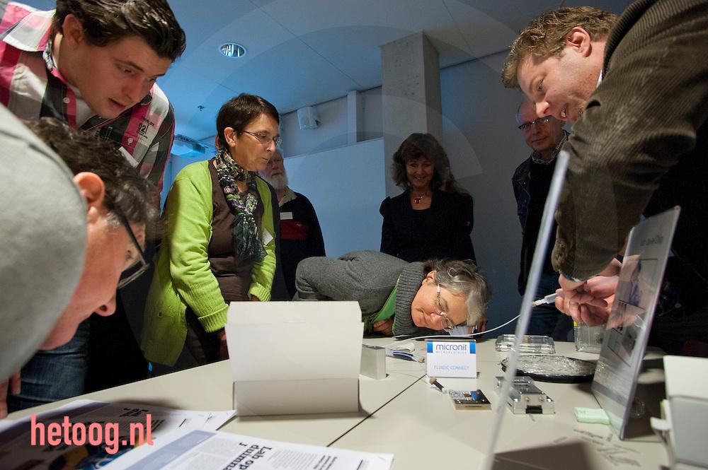 nederland,enschede,Universiteit Twente 20jan2011 Op 20 en 21 januari vindt op de Universiteit Twente de conferentie Twents Meesterschap plaats. Deze conferentie is bestemd voor docenten uit voortgezet en hoger onderwijs, decanen, onderzoekers, beleidsmakers en studenten en moet een brug slaan tussen het voortgezet en het hoger onderwijs. De conferentie heeft dit jaar 'mens en techniek' als thema. Waar mens en techniek bij elkaar komen gebeuren spannende dingen. Wat kunnen we door middel van techniek aan de mens verbeteren of herstellen? Of wat is er allemaal mogelijk met nanotechnologie? Waar liggen de grenzen? Wat betekent dit voor mens en maatschappij? Veel workshops hebben een link met de Docentenontwikkelteams (DOTs) van de UT. Ze bieden verdieping voor de vakvernieuwingen op school en verbreding voor algemene thema's als ondernemerschap, stemgebruik, educatieve games en de online leeromgeving.