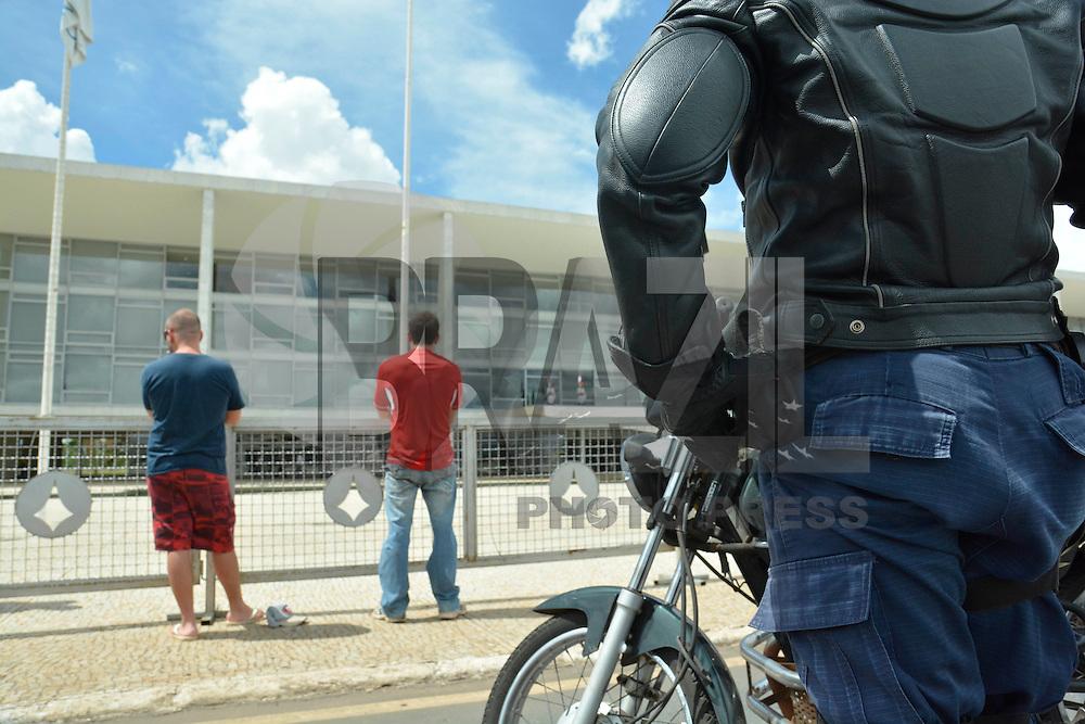 BRASÍLIA, DF, 16.03.2016 – ABORDAGEM-POLICIAL – Um policial militar, abordou um automóvel em frente ao Palácio do Planalto na tarde desta quarta-feira, 16. Havia suspeito de uso de maconha. (Foto: Ricardo Botelho/Brazil Photo Press)