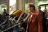 12 DEC 2003, BERLIN/GERMANY:<br /> Krista Sager, B90/Gruene Fraktionsvorsitzende, gibt ein Pressestatement, Sitzung des Vermittlungsausschusses, Bundesrat<br /> IMAGE: 20031212-01-063<br /> KEYWORDS: Mikrofon, microphone, Pressekonferenz, Journalist, Journalisten