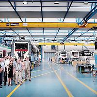 Zwitserland, Winterthur, 15 juli 2015.,<br /> Arriva gaat met de trein naar Zwitserland. Meemogen naast een aantal bobo's ook treinpassagiers die zich op de site van Arriva hadden aangemeld. De bedoeling is dat deze reizigers en daar moet natuurlijk ook de nadruk op liggen in Zwitserland in treintoestellen allerlei dingen , zoals stoelen en andere zaken gaan testen en beoordelen.<br /> Op de foto: in de fabrieken van Stadler buiten Winterthurkrijgen de Limburgse gasten een rondleiding en uitleg omtrent de contructie van de treinen.<br /> Na de rondleiding maakt de foto ingehuurd door Arriva een groepsfoto van de genodigden.<br /> <br /> Foto: Jean-Pierre Jans