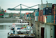 Duitsland, Duisburg, 29-10-2002..Containeroverslag in de binnenhaven van Ruhrort bij Duisburg .  Continerhaven, mtc, transport, vracht, vervoer, logistiek, economie...Foto: Flip Franssen/Hollandse Hoogte