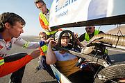 Christien Veelenturf is bij de finish. Het Human Power Team Delft en Amsterdam (HPT), dat bestaat uit studenten van de TU Delft en de VU Amsterdam, is in Amerika om te proberen het record snelfietsen te verbreken. Momenteel zijn zij recordhouder, in 2013 reed Sebastiaan Bowier 133,78 km/h in de VeloX3. In Battle Mountain (Nevada) wordt ieder jaar de World Human Powered Speed Challenge gehouden. Tijdens deze wedstrijd wordt geprobeerd zo hard mogelijk te fietsen op pure menskracht. Ze halen snelheden tot 133 km/h. De deelnemers bestaan zowel uit teams van universiteiten als uit hobbyisten. Met de gestroomlijnde fietsen willen ze laten zien wat mogelijk is met menskracht. De speciale ligfietsen kunnen gezien worden als de Formule 1 van het fietsen. De kennis die wordt opgedaan wordt ook gebruikt om duurzaam vervoer verder te ontwikkelen.<br /> <br /> Christien Veelenturf has finished. The Human Power Team Delft and Amsterdam, a team by students of the TU Delft and the VU Amsterdam, is in America to set a new  world record speed cycling. I 2013 the team broke the record, Sebastiaan Bowier rode 133,78 km/h (83,13 mph) with the VeloX3. In Battle Mountain (Nevada) each year the World Human Powered Speed Challenge is held. During this race they try to ride on pure manpower as hard as possible. Speeds up to 133 km/h are reached. The participants consist of both teams from universities and from hobbyists. With the sleek bikes they want to show what is possible with human power. The special recumbent bicycles can be seen as the Formula 1 of the bicycle. The knowledge gained is also used to develop sustainable transport.