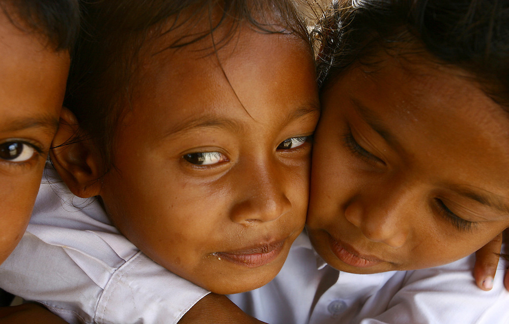 Acehnese children hugging each other. @ Martine Perret. February 2006