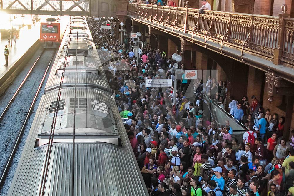 SÃO PAULO, SP, 31.07.2015 - CLIMA-SP - Movimentação intensa de passageiros na estação Luz da CPTM, região central da cidade de São Paulo, na tarde desta sexta-feira, 31. (Foto: Renato Mendes/Brazil Photo Press)