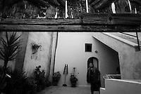 Reportage sviluppato ad Alessano (LE). Viene presa in considerazione fotograficamente, la gente che popola il paese nei suoi bar, piazze, strade, giardini pubblici. Ed, insieme a questa, i particolari e gli eventi caratterizzanti il luogo...frazione di Montesardo.donna in una corte..