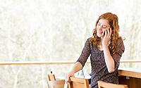 Creative Workplace, junge Frau, kreativ, telefonierend, Arbeiten außerhalb des Büros, Restaurant, Österreich, Horn