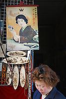 """Chine, Province de Anhui, ville de Tunxi, Laojie """"la vieille rue"""", commerce d'antiquités. // China, Anhui province, city of Tunxi, laojie """"the old street"""", antique shop."""