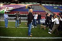 Fotball, 31. oktober 2005 , Den tidligere norske landsholdsspiller, Ståle Solbakken, overtager per 1.<br /> januar 2006 ansvaret som cheftræner i F.C. København efter Hans Backe, der efter eget ønske stopper i klubben et halvt år før hans kontrakt udløber.Det længe verserende rygte blev endeligt bekræftet på et pressemøde mandag, under stor pressebevågenhed. Den 37-årige Solbakken nåede i mesterskabssæsonen 2000/2001 at spille 15 kampe og score 4 mål for F.C. København, inden en hjertesygdom , dramatisk satte en stopper for hans videre karriere som spiller. Nordmanden, har i 3 sæsoner været cheftræner for Ham-Kam i den bedste norske liga.<br /> Ydermere forlader F.C. Københavns sportsdirektør, Niels-Christian Holmstrøm klubben sin stilling ved udgangen af juni 2006.<br /> (Jens Dige /Digitalsport)