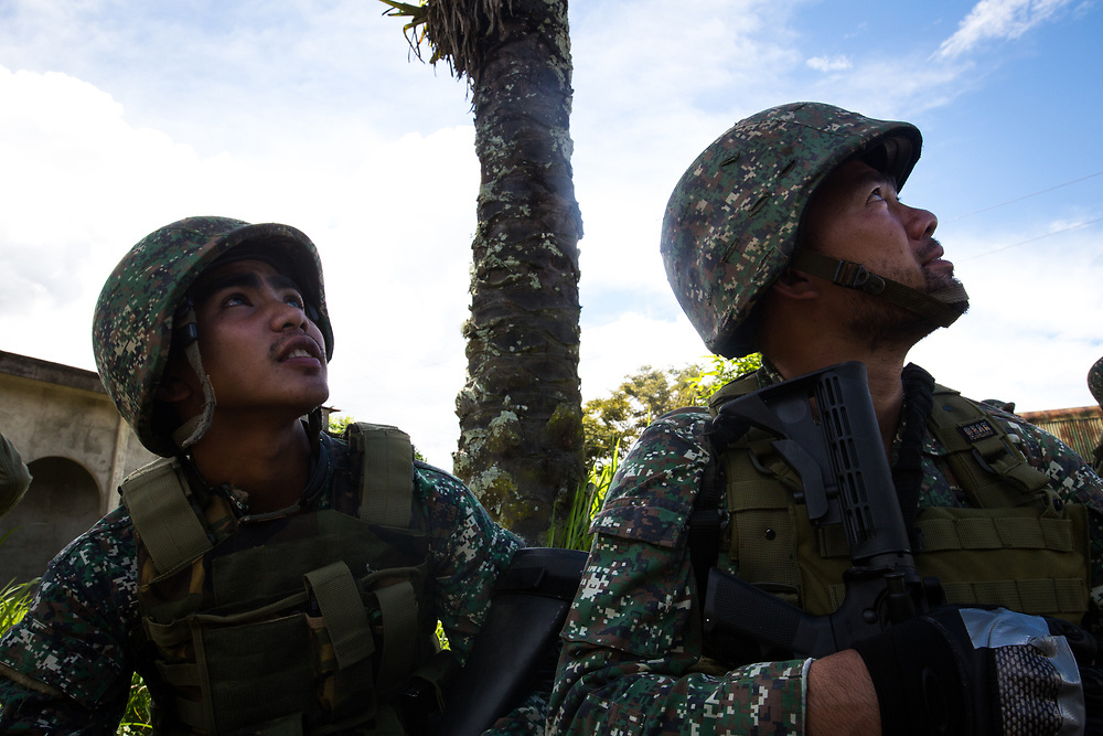 MARAWI, PHILIPPINES - JUNE 9: Philippine marines look at jets following an airstrikes by Philippine Air Force in Marawi, southern Philippines on June 9, 2017. Philippine military jets fired rockets at militant positions on Friday as soldiers fought to wrest control of the southern city from gunmen linked to the Islamic State group. (Photo: Richard Atrero de Guzman/NUR Photo)