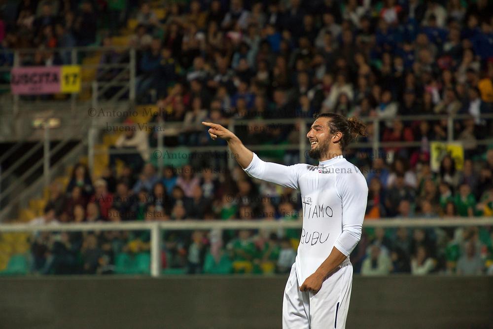 """Andrea Preti dedica il goal alla sua amata """"Bubu"""" Claudia Gerini seduta in panchina."""