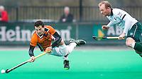 ROTTERDAM - HOCKEY - Sander Baart van OZ gaat onderuit tegen Rotterdam-speler Robert van den Berg (r)   tijdens de hoofdklasse hockeywedstrijd tussen de mannen van Rotterdam en Oranje-Zwart (0-2). COPYRIGHT KOEN SUYK