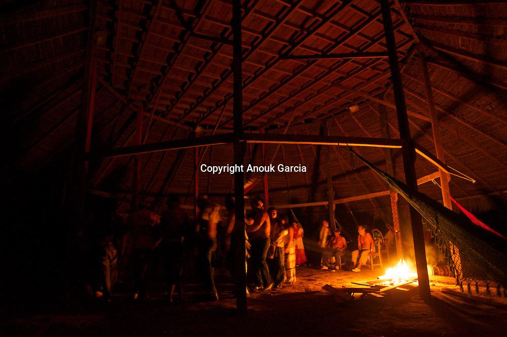 cérémonie d'ayahuasca  sous une voute d'étoiles chez les yawanawas