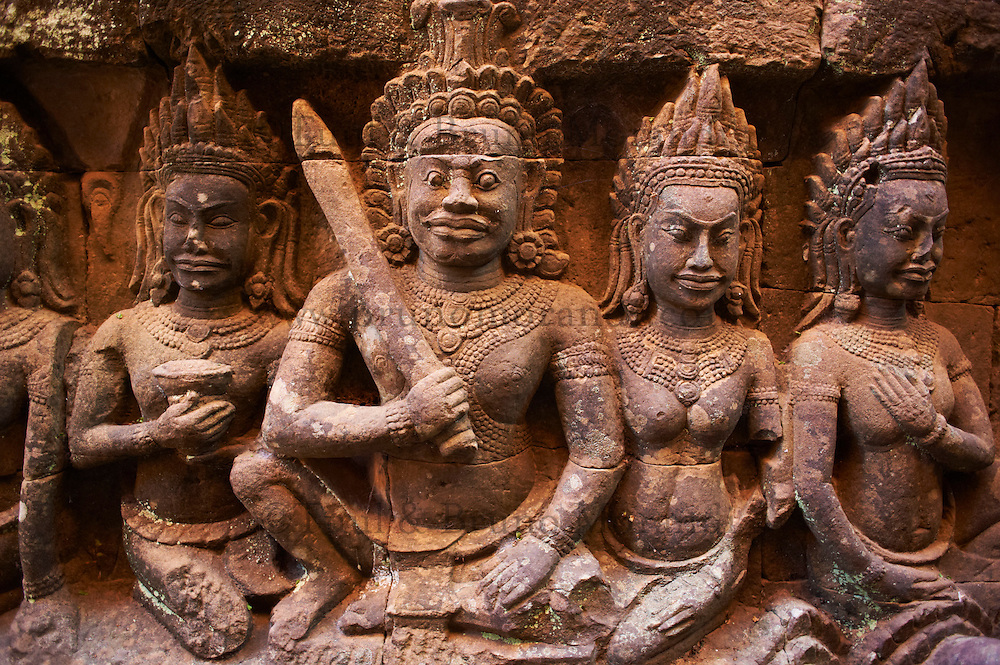Asie du Sud Est, Cambodge, Province de Siem Reap, Angkor, complexe des temples de Angkor, Patrimoine Mondial de l'UNESCO en 1992, temple de Angkor Thom, la terrasse du Roi lepreux pres de la Terrasse des Elephants, bas relief des divinites, des apsara et des danseuses sacrees // Southeast Asia, Cambodia, Siem Reap Province, Angkor site, Unesco world heritage since 1992, Angkor Thom temple, terrace of leprous King near the terrace of the Elephants, relief sculpture of Apsara and divinity