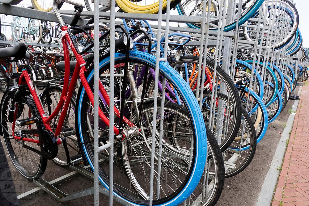 In Delft staan bij het station een groot aantal swapfietsen in het fietsenrek. De fiets is erg populair bij de studenten. De swapfiets is te huur voor een klein bedrag per maand, bij een defect wordt de fiets binnen 12 uur gerepareerd of omgeruild voor een andere. In tegenstelling tot andere huurfietsen deel je de fiets niet met meerdere gebruikers. Ze zijn herkenbaar aan de blauwe voorband.<br /> <br /> In Delft swap bikes are parked at the parking near the station. The swapbike is a rental concept. For a small amount per month the bicycle can be rented. If there is a defect, the company fixes the bike within 12 hours or swaps it for another bike. You don't share the bike with others, as with other common rental bikes.