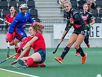 AMSTELVEEN  - Pam van Asperen (Laren) ziet  de bal voorlangs gaan tijdens de hoofdklasse competitiewedstrijd hockey dames , Amsterdam-Laren (3-0)  ,  links keeper Anne Veenendaal (Adam) en rechts Lauren Stam (Adam)  .COPYRIGHT KOEN SUYK