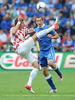FUSSBALL  EUROPAMEISTERSCHAFT 2012   VORRUNDE Italien - Kroatien                    14.06.2012 Mario Mandzukic (li, Kroatien) gegen Giorgio Chiellini (re, Italien)