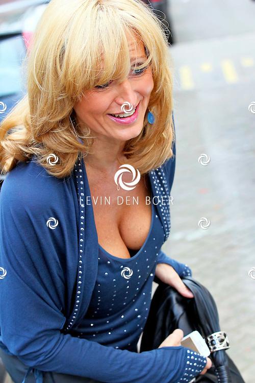 AMSTERDAM - Beau Monde bestaat 15 jaar en er is daarom een Exclusieve Lady's LUNCH voor de 25 bekende glamourvrouwen aan wie Beau Monde haar succes te danken heeft. Ze worden in de watten gelegd met kreeft, kaviaar, champagne en cadeaus in Le Garage/En Pluche in Amsterdam-Zuid. Met op de foto Natasja Johanna Froger-Kunst. FOTO LEVIN DEN BOER - PERSFOTO.NU