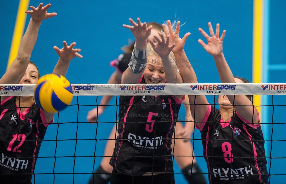 09-04-2016 NED: SV Dynamo - Flamingo's 56, Apeldoorn<br /> Flamingo's doet een goede stap naar het kampioenschap in de Topdivisie. Dynamo wordt met 3-0 verslagen / Nynke Rovers #12 of Flamingo, Lynn Blenckers #5 of Flamingo, Shannon Gerhardt #8 of Flamingo