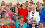 14-4-2015 - AMERSFOORT - Bezoek Koningin M&aacute;xima aan Steunstichting Voedsel Focus Amersfoort Winnaar Appeltje van Oranje 2015 Maxima kijkt bij de voedselbank . Koningin Maxima brengt een verrassingsbezoek aan Steunstichting Voedsel Focus in Amersfoort. De stichting is een van de winnaars van de Appeltjes van Oranje. COPYRIGHT ROBIN UTRECHT<br /> 14-4-2015 - AMERSFOORT -  Visit Queen M&aacute;xima to Steunstichting Food Focus Amersfoort Appeltje winner of Orange 2015 Maxima looks at the food bank . COPYRIGHT ROBIN UTRECHT
