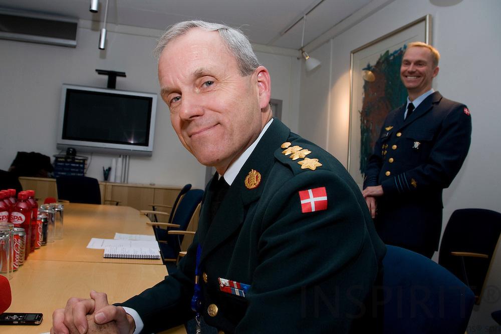 BRUSSELS - BELGIUM - 10 NOVEMBER 2009 -- Knud Bartels på pressemoedet i NATOs hovedkvarter efter sin udnaevnelsetil forsvarschef. I baggrunden Oberstløjtnant C.P. Brixensen fra den danske NATO delegation.   PHOTO: ERIK LUNTANG
