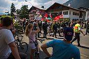 Deutschland | Garmisch-Partenkirchen | 05.06.2015: G7 Gipfel in Elmau bei Garmisch-Partenkirchen. Protestzug mit ca. 450 Teilnehmern vom Camp zum Marschall-Komplex der US Armee in Garmisch.<br /> <br /> hier: Einheimische beobachten den R&uuml;ckmarsch der Demo zum Camp<br /> <br /> 20150605<br /> <br /> NUTZUNG HONORARPFLICHTIG!<br /> [Inhaltsveraendernde Manipulation des Fotos nur nach ausdruecklicher Genehmigung des Fotografen. Vereinbarungen ueber Abtretung von Persoenlichkeitsrechten/Model Release der abgebildeten Person/Personen liegt/liegen nicht vor.] [No Model Release | No Property Release]