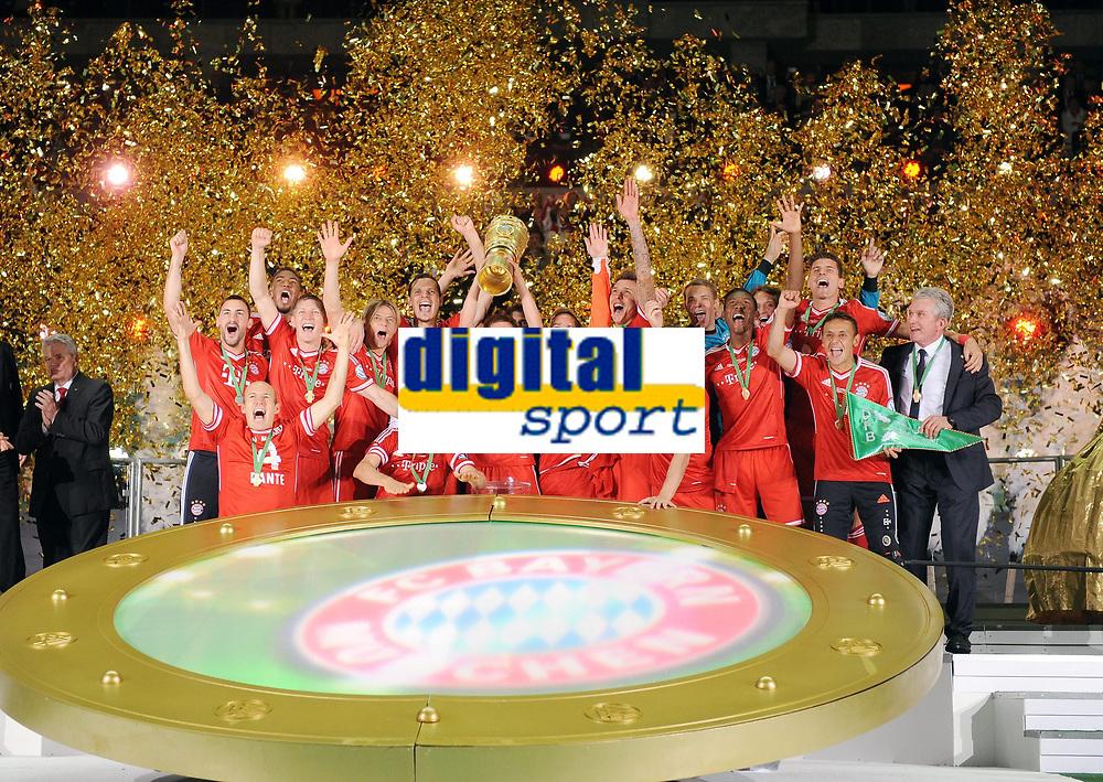 Fotball<br /> Tyskland<br /> 01.06.2013<br /> Foto: Witters/Digitalsport<br /> NORWAY ONLY<br /> <br /> FC Bayern Muenchen, DFB-Pokalsieger 2013, Philipp Lahm mit Pokal<br /> <br /> Fussball, DFB-Pokal-Finale 2013, FC Bayern München - VfB Stuttgart