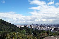 Sapporo &egrave; la citt&agrave; pi&ugrave; importante dell'isola di Hokkaido. Circondata dalle colline &egrave; una tipica citt&agrave; giapponese moderna. Nella foto una pan oramica del centro presa da uno dei colli.<br /> &copy; Paolo della Corte