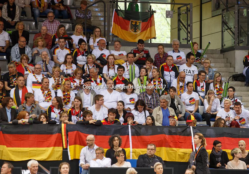 GER-UKR, Deutschland - Ukraine, <br /> Porsche Arena, Stuttgart, internationales ITF  Damen Tennis Turnier, Mannschafts Wettbewerb,<br />  deutsche Zuschauer, Fans auf der Tribuene,