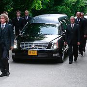 NLD/Amsterdam/20110729 - Uitvaart actrice Ina van Faassen, aankomst rouwauto