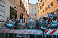 Roma 6 Settembre 2011.Manifestazione del sindacato  Usb con i comitati di base contro la manovra del governo Berlusconi..Le forze dellordine in tenuta antisommossa davanti al Senato