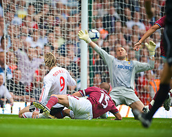 LONDON, ENGLAND - Saturday, September 19, 2009: Liverpool's Fernando Torres scores the opening goal past West Ham United's goalkeeper Robert Green during the Premiership match at Upton Park. (Pic by David Rawcliffe/Propaganda)