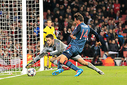 19.02.2014, Emirates Stadion, London, ENG, UEFA CL, FC Arsenal vs FC Bayern Muenchen, Achtelfinale, im Bild Torwart, Goalkeeper Lukasz Fabianski (Arsenal FC #21) klaert vor Claudio Pizarro (FC Bayern Muenchen #14), Aktion, Action // during the UEFA Champions League Round of 16 match between FC Arsenal and FC Bayern Munich at the Emirates Stadion in London, Great Britain on 2014/02/19. EXPA Pictures © 2014, PhotoCredit: EXPA/ Eibner-Pressefoto/ Schueler<br /> <br /> *****ATTENTION - OUT of GER*****