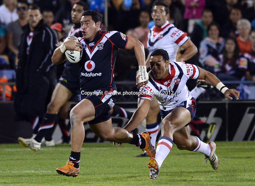 Konrad Hurrell makes a break during the NRL Rugby League match, Vodafone Warriors v Sydney Roosters at Mt Smart Stadium, Auckland, New Zealand on Saturday 12 May 2012. Photo: Andrew Cornaga/photosport.co.nz