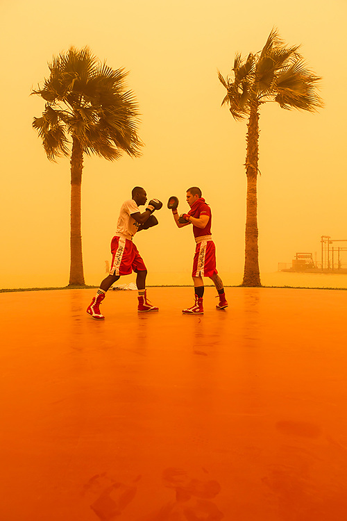 DUBAI - Boxing class in Dubai Marina seen through the haze of the massive sandstorm that hit the Emirates on thursday. ANP COPYRIGHT JURRIAAN BROBBEL