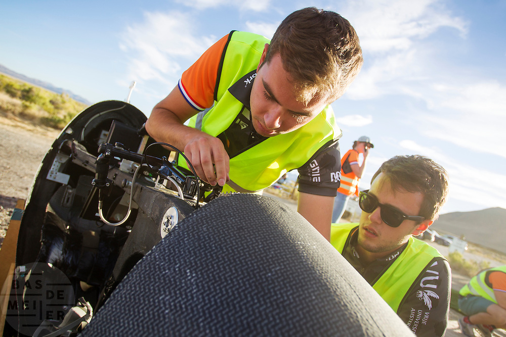 Het Human Power Team Delft en Amsterdam (HPT), dat bestaat uit studenten van de TU Delft en de VU Amsterdam, is in Amerika om te proberen het record snelfietsen te verbreken. In Battle Mountain (Nevada) wordt ieder jaar de World Human Powered Speed Challenge gehouden. Tijdens deze wedstrijd wordt geprobeerd zo hard mogelijk te fietsen op pure menskracht. Het huidige record staat sinds 2015 op naam van de Canadees Todd Reichert die 139,45 km/h reed. De deelnemers bestaan zowel uit teams van universiteiten als uit hobbyisten. Met de gestroomlijnde fietsen willen ze laten zien wat mogelijk is met menskracht. De speciale ligfietsen kunnen gezien worden als de Formule 1 van het fietsen. De kennis die wordt opgedaan wordt ook gebruikt om duurzaam vervoer verder te ontwikkelen.<br /> <br /> The Human Power Team Delft and Amsterdam, a team by students of the TU Delft and the VU Amsterdam, is in America to set a new world record speed cycling.In Battle Mountain (Nevada) each year the World Human Powered Speed ​​Challenge is held. During this race they try to ride on pure manpower as hard as possible. Since 2015 the Canadian Todd Reichert is record holder with a speed of 136,45 km/h. The participants consist of both teams from universities and from hobbyists. With the sleek bikes they want to show what is possible with human power. The special recumbent bicycles can be seen as the Formula 1 of the bicycle. The knowledge gained is also used to develop sustainable transport.