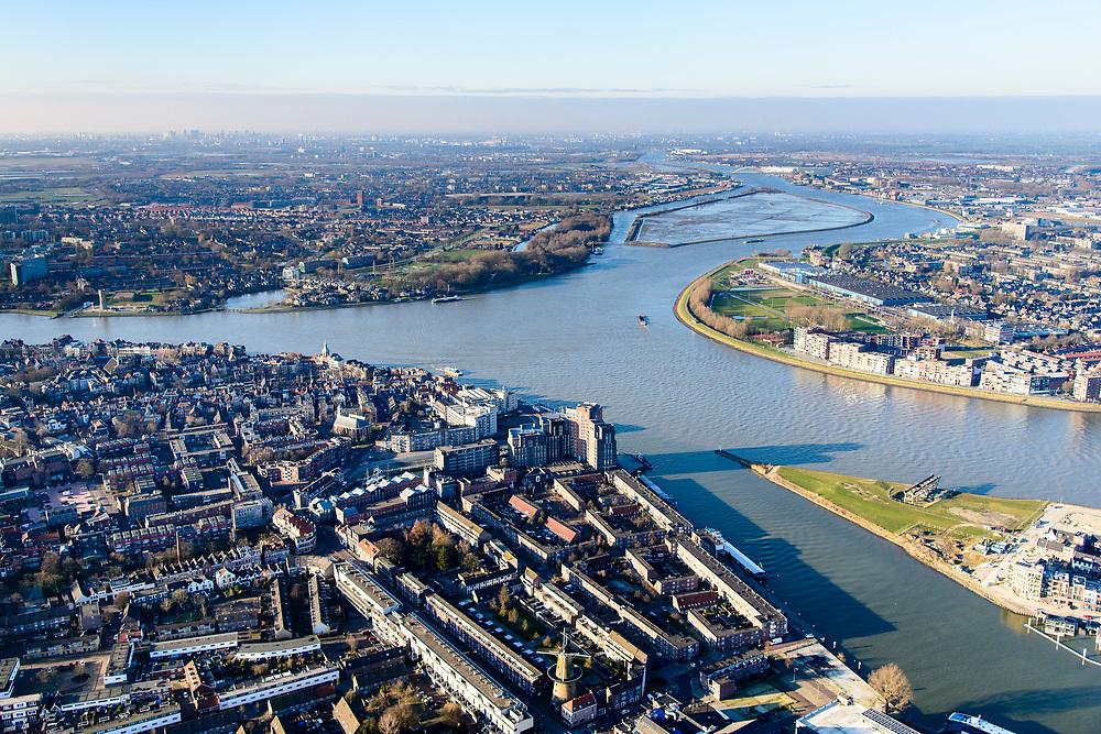 Nederland, Zuid-Holland, Dordrecht, 07-02-2018; Eiland van Dordrecht, samenstroom van Oude Maas (links), Beneden-Merwede (rechts) en de Noord. In het verschiet het eiland van de Sophiapolder. Historische binnenstad Dordrecht in de voorgrond, met rechtsonder water van het  Wantij.<br /> Dordrecht Island with confluende of three rivers.<br /> <br /> luchtfoto (toeslag op standard tarieven);<br /> aerial photo (additional fee required);<br /> copyright foto/photo Siebe Swart