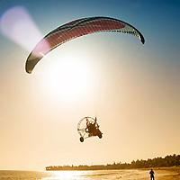 Un paramotor pasea por la playa de Cabarete. La Bahía de Cabarete es un lugar ideal para la practica del surf, windsurf, kitesurf y paddleboarding. Cabarete es un distrito municipal del Municipio de Sosúa de la provincia Puerto Plata en la República Dominicana, conocida por su turismo y sus playas. A paramotor walks along the beach of Cabarete. The Bay of Cabarete is an ideal place to practice surfing, windsurfing, kite surfing and paddleboarding. Cabarete is a municipal district of the Municipality of Sosúa in the Puerto Plata province of the Dominican Republic, known for its tourism and its beaches.