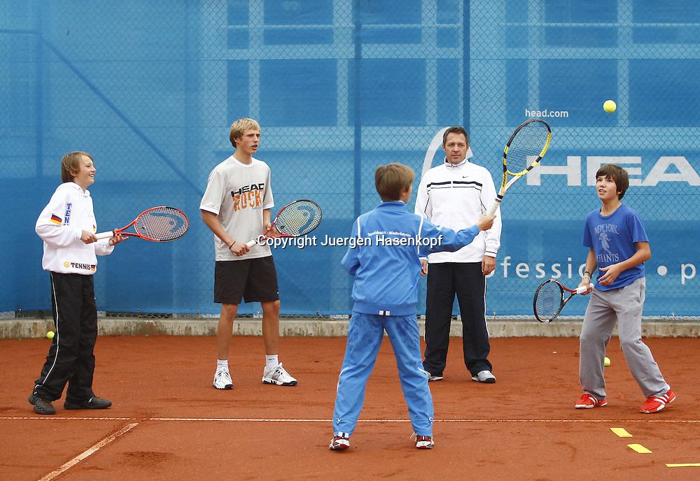 Internatschueler in der BTV  TennisBase in Oberhaching / Muenchen,.Trainer Sascha Petrascheck trainiert mit einer Gruppe von jungen Spielern,Aktion,Training.Querformat,Ganzkoerper,Kinder,Jugendliche,.Nachwuchsspieler,