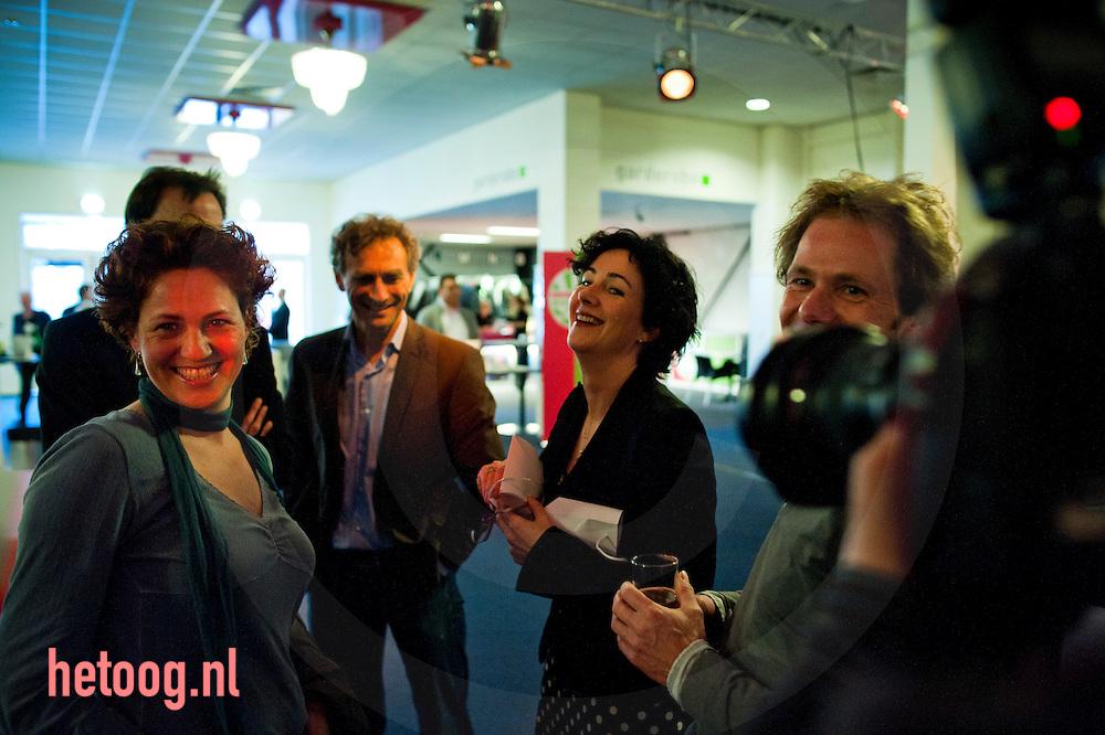 nedrland,utrecht 05feb2011 congres van groen links in utrecht Femke Halsema heeft zojuist een cadeautje van Katelijne Buitenweg gekregen omdat zij officieel afscheid neemt als fractie voorzitter van Groenlinks