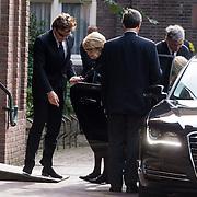NLD/Laren/20130102 - Uitvaart John de Mol Sr., aankomst John de Mol, partner Els Verberk en moeder Hannie