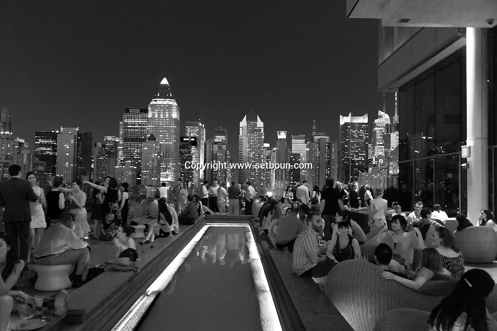 New York. Ink 48  bar on a roof with a spetacular view on  the skyline of Times square and midtown Manhattan.  Hotel INK 48, in Hells kitchen district / la terrasse Bar de l'hotel INK 48 a une vue spectaculaire sur Times square